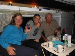 Corinna, Julia und Otto bei einem Glas Wein in Otto's Van