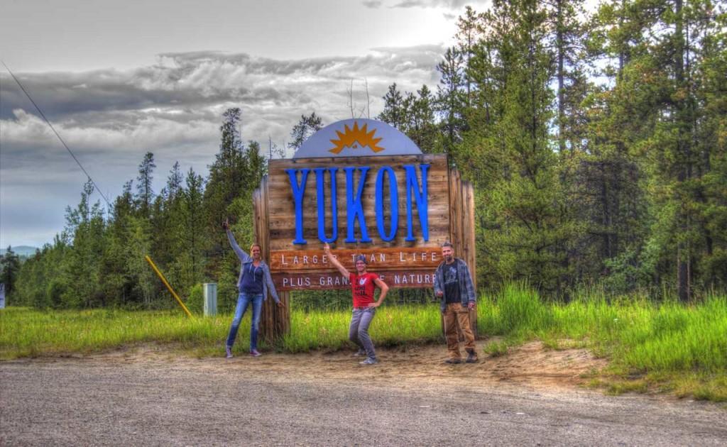 Ein prächtiges Schild ziert die Grenze nach Yukon