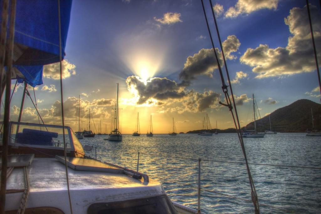 Wir liegen vor Antigua vor Anker und haben einen tollen Blick auf den Sonnenuntergang