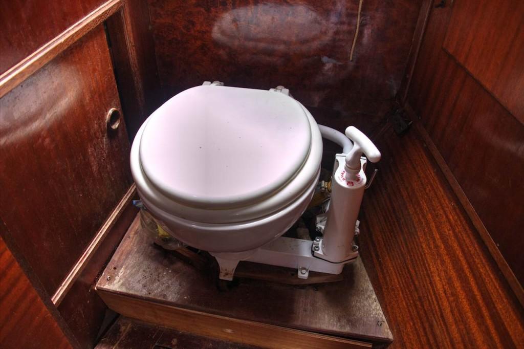 Die Toilette mit Handpumpe. Während des Geschäfts sollte stets gepumpt werden