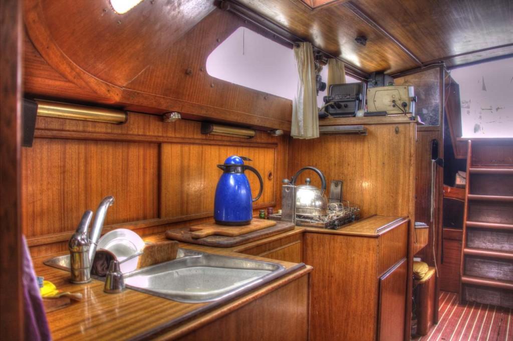 Die Küche auf der Yacht. Selbstverständlich glänzt alles ;)