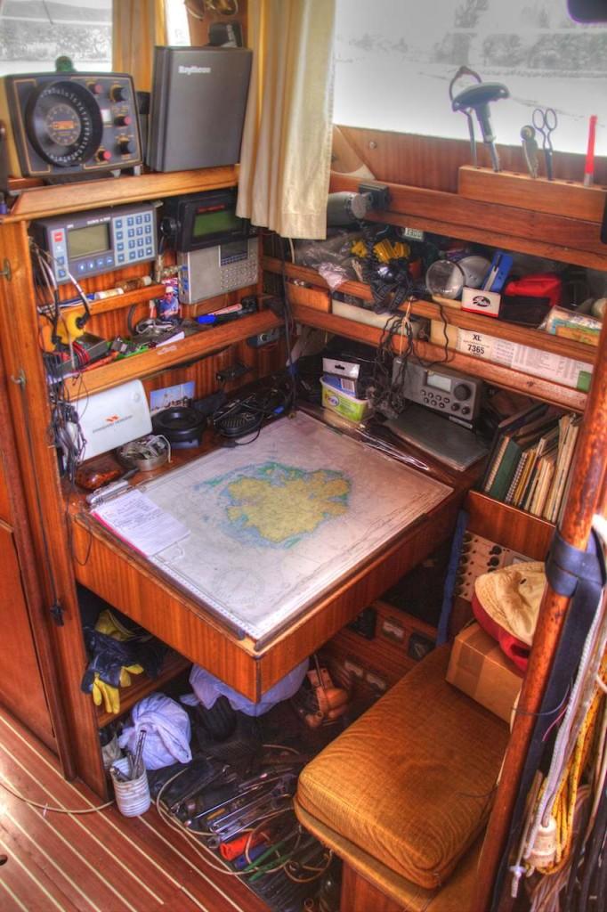 Navigationszentrale mit Kartentisch