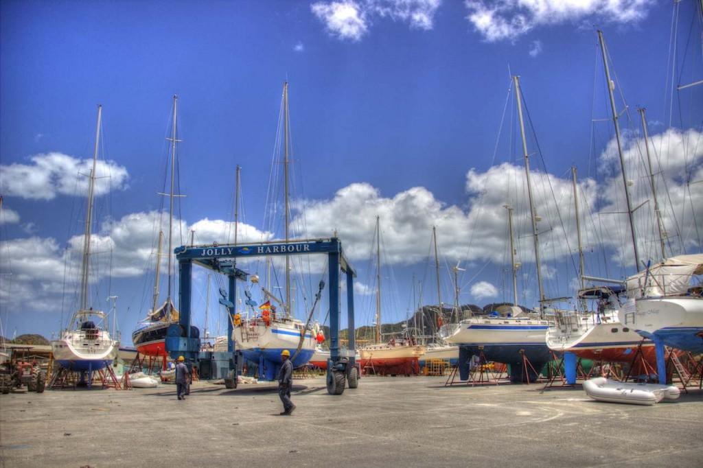 Das Boot wird an Land umhergefahren und eingeparkt