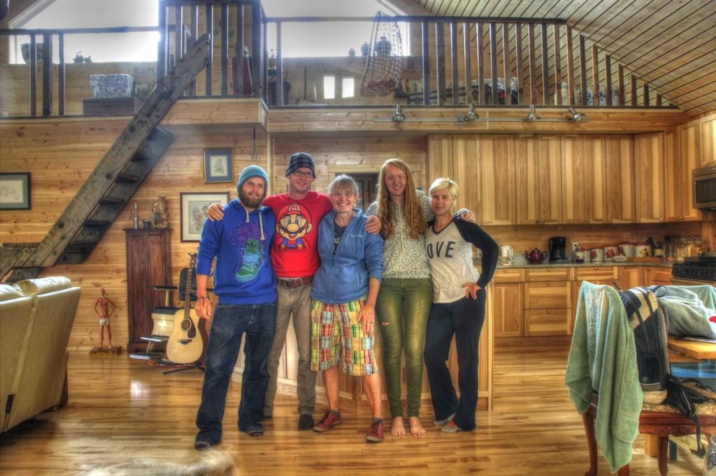 Von links: Jan, mein Mitfahrer nach Süden. Ich mit Super Mario T-Shirt. Luann und Nici, die uns immer wieder so nett beherbergt haben (der Rest der Familie ist leider grad nicht im Yukon). Christina, die ich nun endlich mal live treffen durfte nachdem wir während ihrer dreiwöchigen Alaskatour nur per Facebook in Kontakt standen.