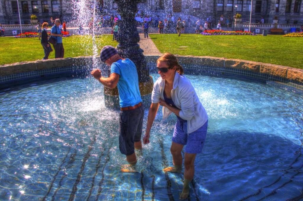In Victoria sammeln wir vor den Regierungsgebäuden in einem Brunnen Kleingeld ein. Lange Geschichte