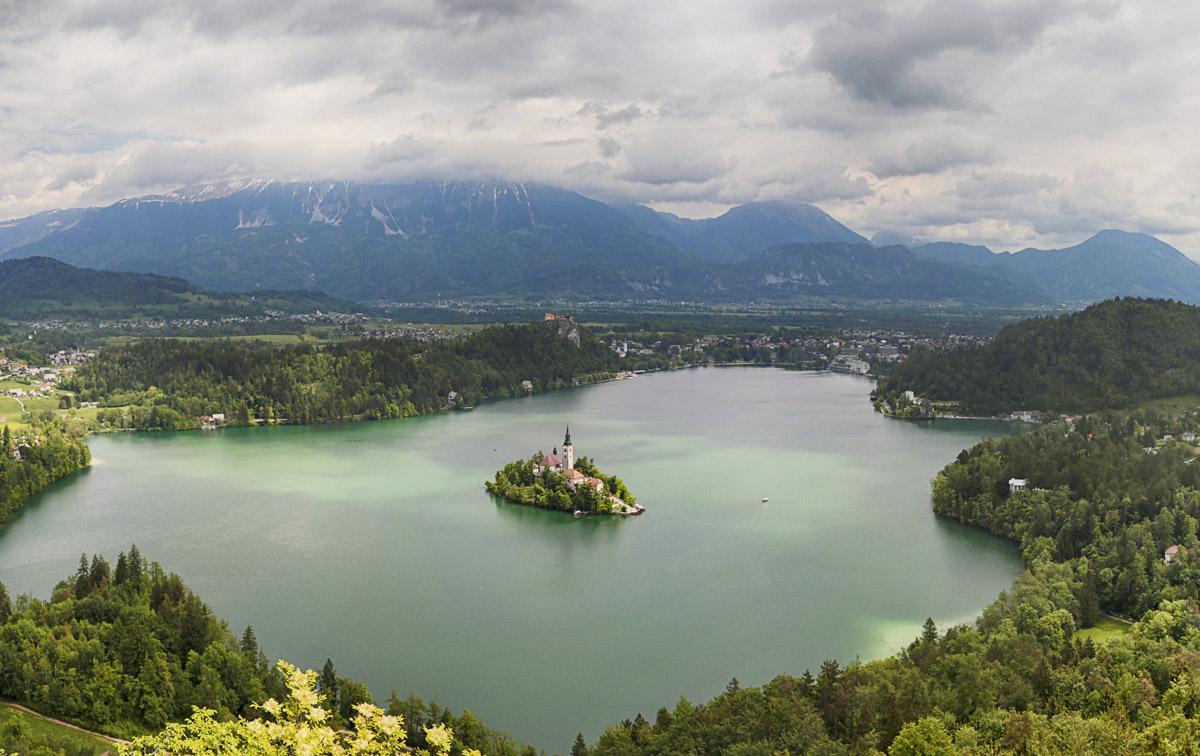 Von der Mala Osojnica ist der Blick auf den See noch einen Hauch imposanter als bereits vom ersten Aussichtspunkt