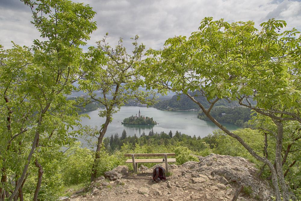 Der Aussichtspunkt Ojstrica ist ein malerischer Felsvorsprung der bereits eine wunderschöne Aussicht auf den See bietet.