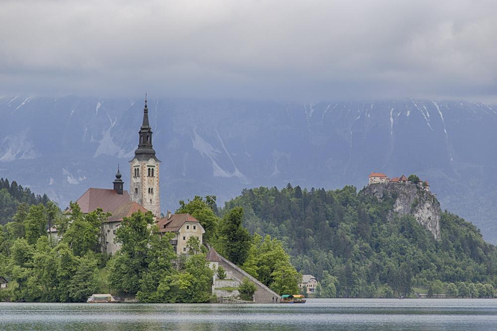 Die Marienkirche befindet sich auf der Insel des Bleder Sees. Im Hintergrund ist die Burg zu sehen.